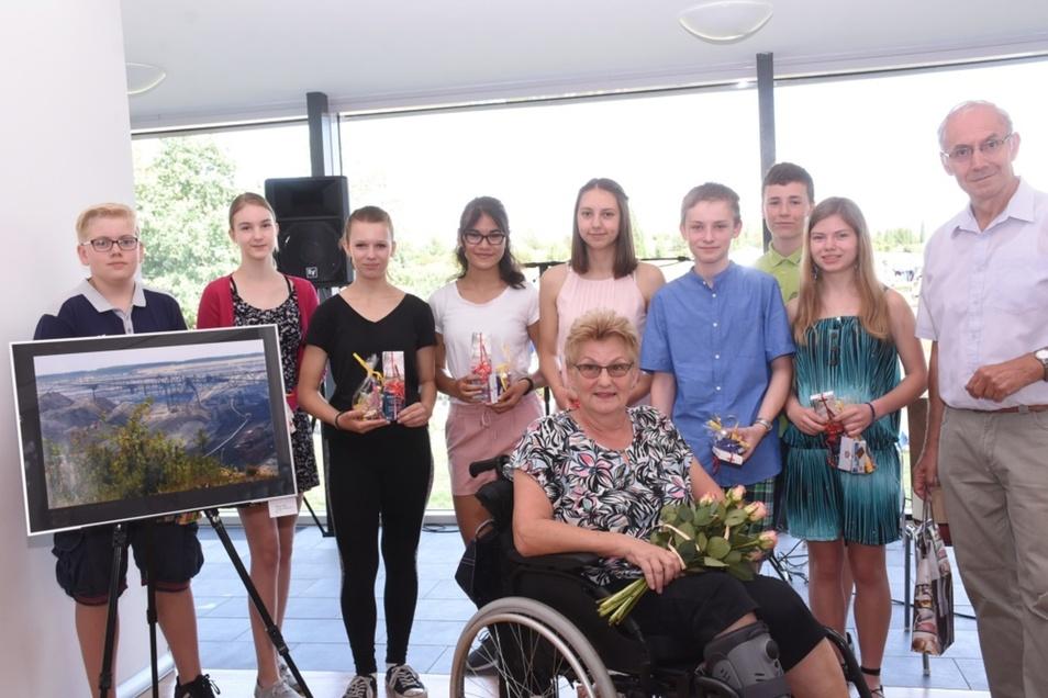 Gudrun Feuerriegel und Ralf Kästner mit den Schülern des Landau-Gymnasiums Weißwasser bei der Eröffnung ihrer Fotoausstellung.