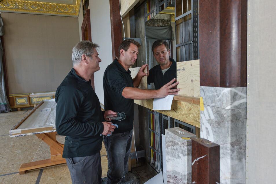 Steffen (l.) und Christian Noack bauen Spiegel in den Paraderäumen des Dresdner Schlosses ein.