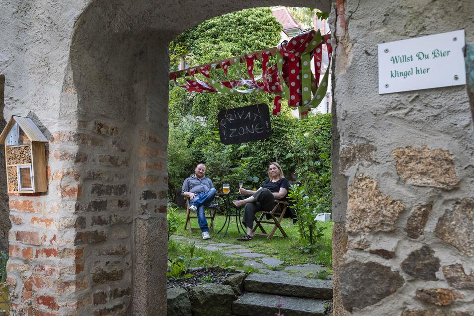 """Mal Pause machen: Alexander Klaus und Diana Klaus-Metzner im Biergarten ihres Restaurants """"Bierblume"""" in der Görlitzer Altstadt."""