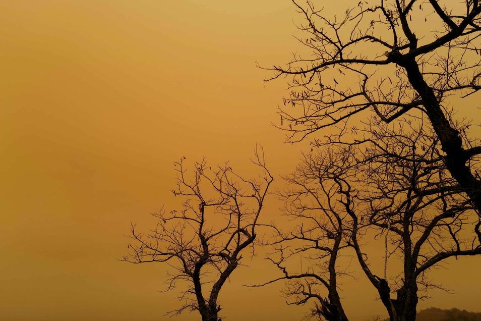 Der Himmel ist aufgrund eines Schirokko-Stroms orange eingefärbt. In Frankreich noch mehr als bei uns.