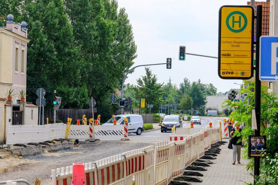 Obwohl aufgrund der Baustelle die Meißner Straße derzeit wie bei einer Kurve in die Gerhart-Hauptmann-Straße mündet, bleibt die Ampel an. Sie soll nicht nur eine sichere Ein- und Ausfahrt zur Baustelle gewährleisten.