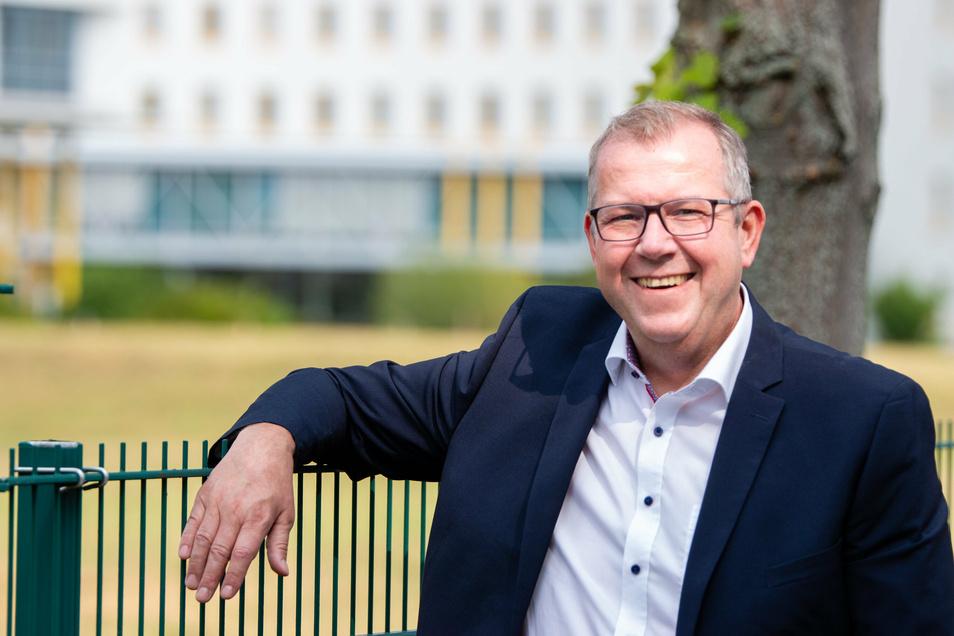 Freude bei Ilko Keßler. Er bekam im ersten Wahlgang bei der Bürgermeisterwahl in Arnsdorf die meisten Stimmen.