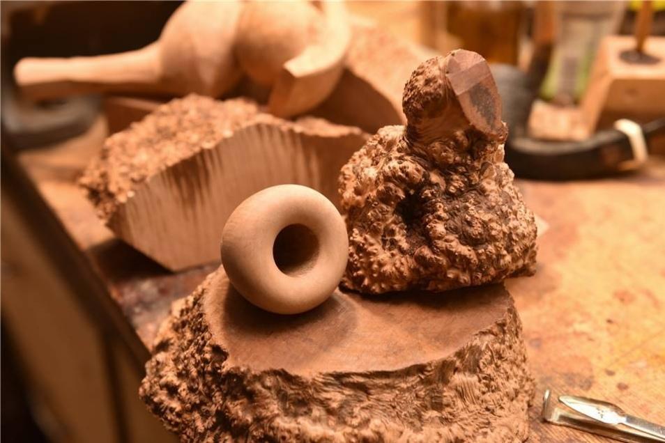 Exotische Knolle: Die mediterrane Bruyère-Wurzel ist der Rohstoff für den Pfeifenbau.