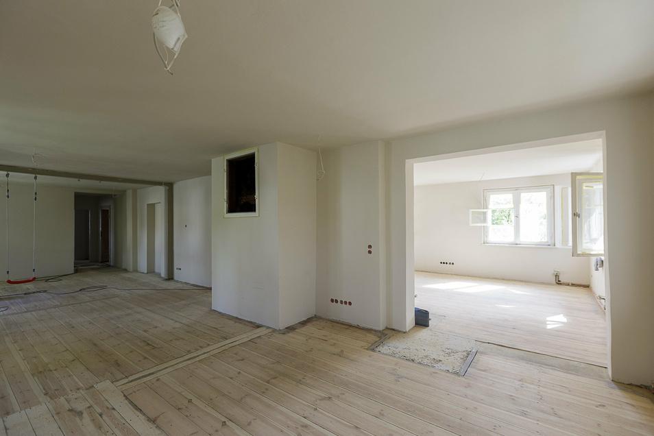In der oberen Etage bezieht die Familie große, helle Räume mit frisch abgeschliffenen Dielen.