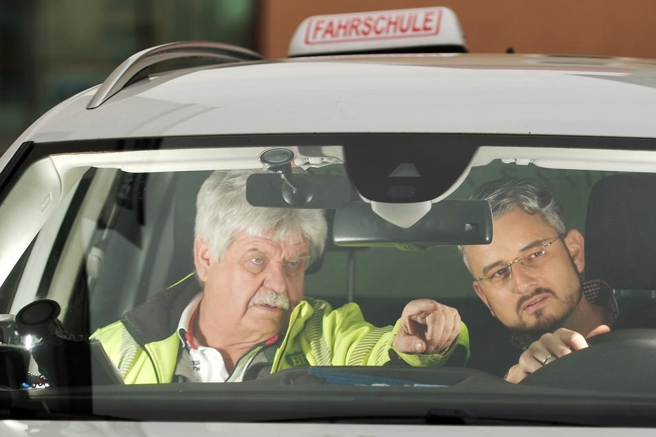 """Da geht's lang: Der Pirnaer Fahrlehrer Hans-Jürgen """"Hanni"""" Schramm (63) nimmt SZ-Redakteur Jörg Stock probeweise die Praxisprüfung ab. Bundesweit gibt es immer mehr Misserfolge. Das liegt vor allem am Stress, sagt der Fachmann."""