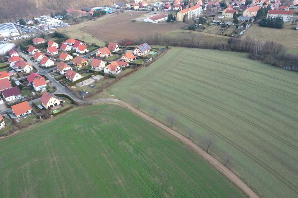 Dieses Luftfoto zeigt das Wohngebiet am Firstenweg in Dippoldiswalde. Auf dem Acker etwas entfernt von den Häusern ist eine große Solaranlage geplant.