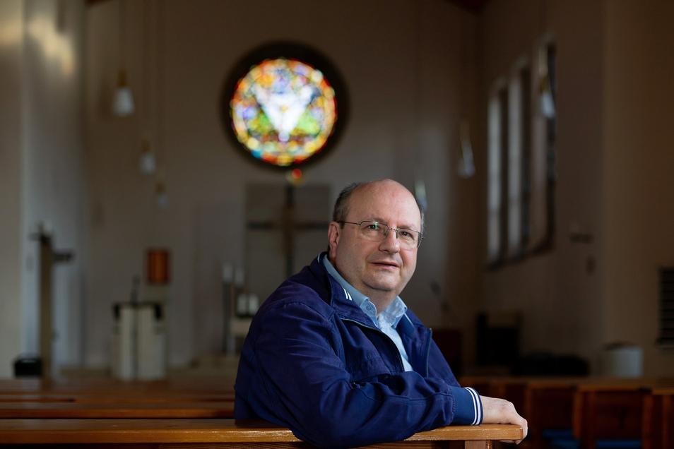 Allein und bei verschlossener Kirche feierte der Dippoldiswalder Pfarrer Gerald Kluge die Sonntagsmesse stellvertretend für die ihm anvertrauten Gläubigen.