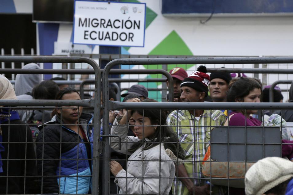 Venezolaner warten vor einem Einwanderungsamt auf der Rumichaca-Brücke, nachdem sie die Grenze von Kolumbien nach Ecuador, überschritten haben.