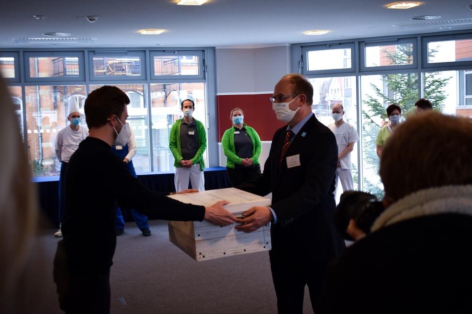 Tobias Heid übergibt die Kiste ...