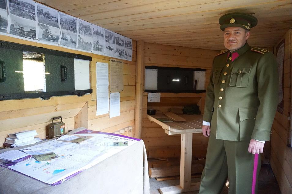Für die Führungen in seinem Bunker legt Josef Drobný eine Replik einer Uniform der tschechoslowakischen Armee nach 1918 an. Richtig strammstehen kann er aber nicht. Dafür ist der Bunker zu eng.