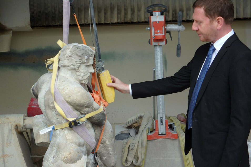 Ministerpräsident Michael Kretschmer nähert sich zaghaft dem Herkules.