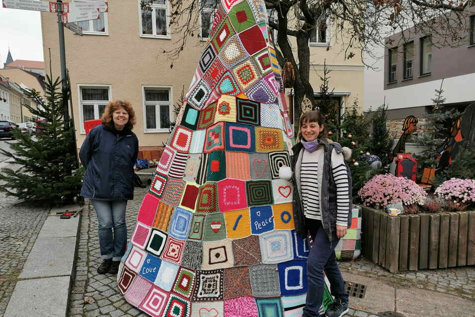 Der Tannenbaum-Parcours wächst täglich. Pilgerin Kerstin Boden (l.) stiftete mit ihrer Handarbeitstruppe den außergewöhnlichen Hingucker auf dem Saumarkt. Plan B.-Chefin Diana Heinrich freut sich darüber.