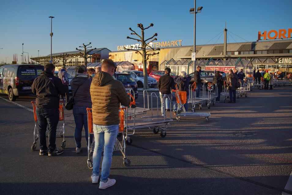6.30 Uhr: Dresden-Kaditz: Vor Hornbach warten Dutzende Menschen auf die Wiedereröffnung der Baumärkte in Sachsen.
