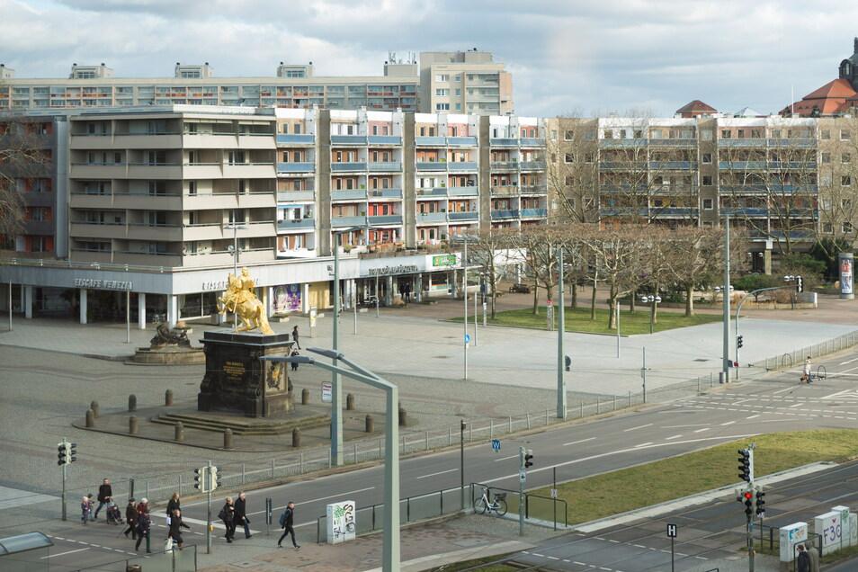 Die Plattenbauten an der Hauptstraße sind bereits saniert (im Bild links). Die Wohnhäuser am Neustädter Markt warten dagegen seit vielen Jahren auf eine frische Fassade.