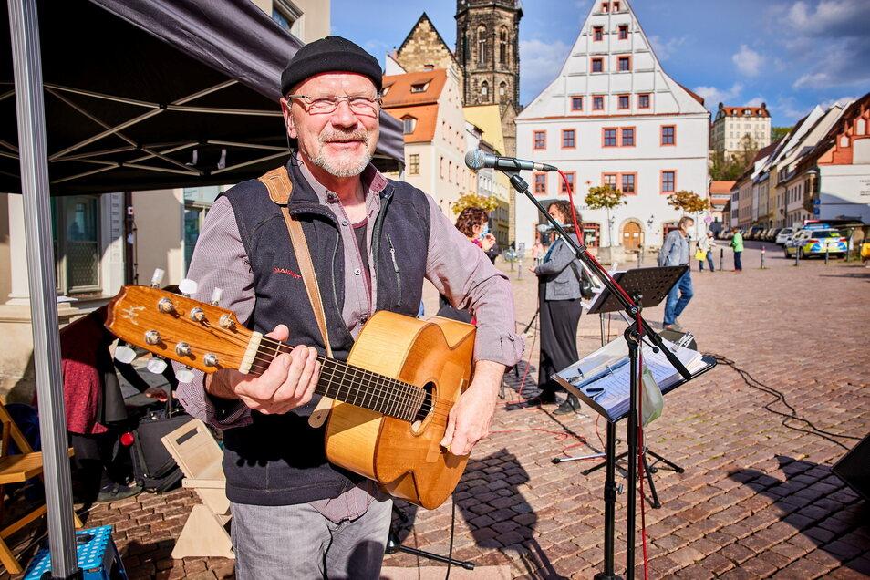 Peter Lippert singt am Sonnabend auf dem Pirnaer Markt seine Lieder.