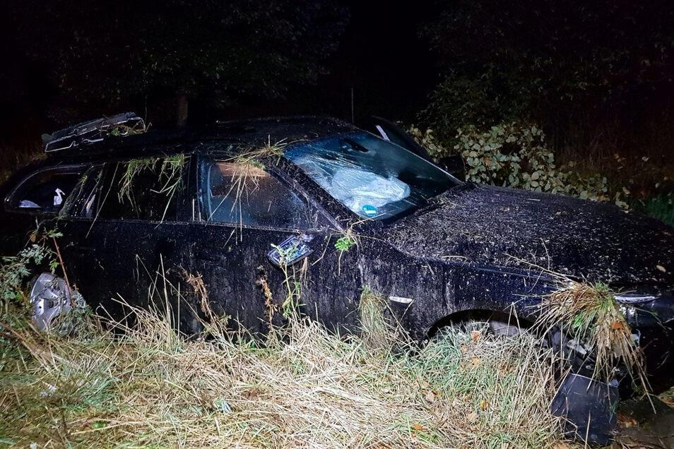 Dieser BMW landete in der Nacht zu Dienstag in einer Böschung an der A 4 bei Weißenberg.