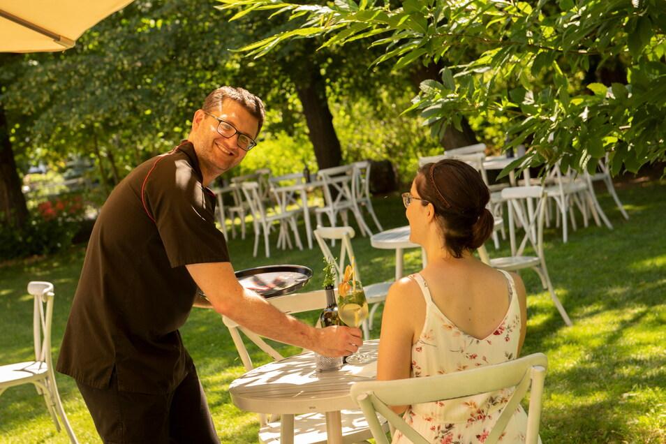 """Stephan Seurig liebt, was er tut: Der Chef des Großenhainer """"Bergkeller"""" bewirtet gern seine Gäste im Sommergarten hinterm Haus und kann es nach eigenem Bekunden mit kompletter Mannschaft tun."""