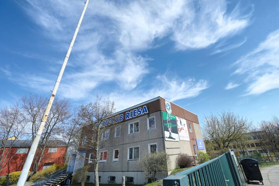 Schriftzug und Werbeplanen sind an der Freitaler Straße schon vor einigen Tagen verschwunden. Nun hat der SC Riesa auch die Schlüssel abgegeben.