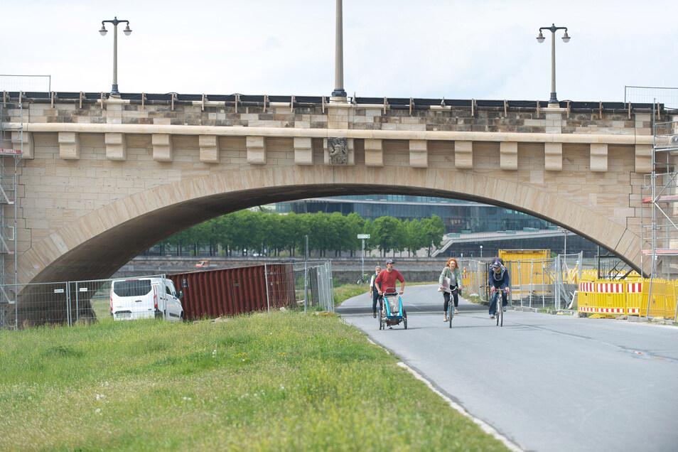 Die Sandsteinflächen an diesem Bogen der Augustusbrücke wurden erneuert. Jetzt konnte er Elberadweg wieder freigegeben werden.