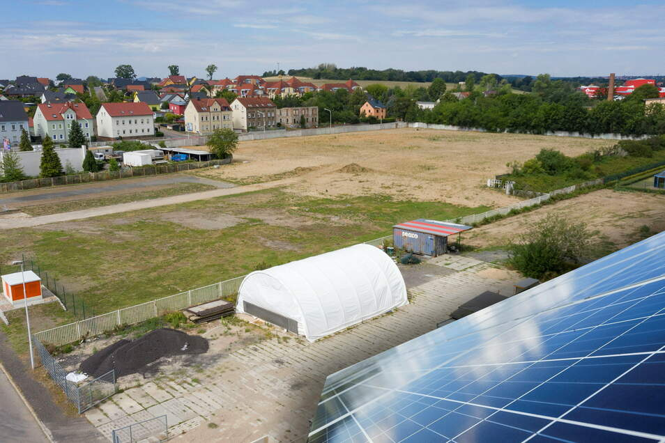 Auf dieser Brache in Gröba soll in den kommenden Jahren eine Photovoltaik-Anlage entstehen.