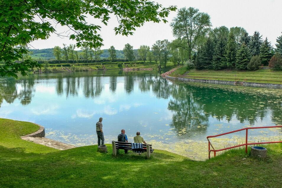 In der warmen Jahreszeit steht das Lößnitzbad als Badestelle Besuchern offen. Man kann dort schwimmen - aber auf eigene Gefahr.