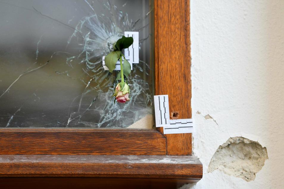 Eine Rose steck in einem Einschussloch im Bereich des Tatorts des Terroranschlags vom 2. November.