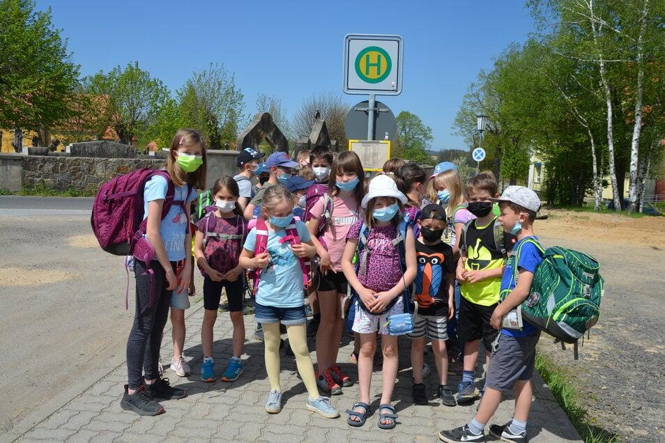 Die Bushaltestelle an der Schule in Markersdorf soll nach Angaben der Petions-Einreicherin verschwinden. Davon sind viele Kinder betroffen.