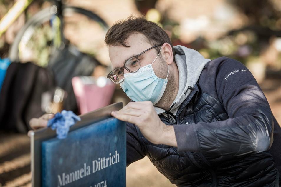 Simon Weber spendete gemeinsam mit seinem Bruder Stephan das Grabmal. Am 22. Dezember stellten sie es auf dem Friedhof auf.
