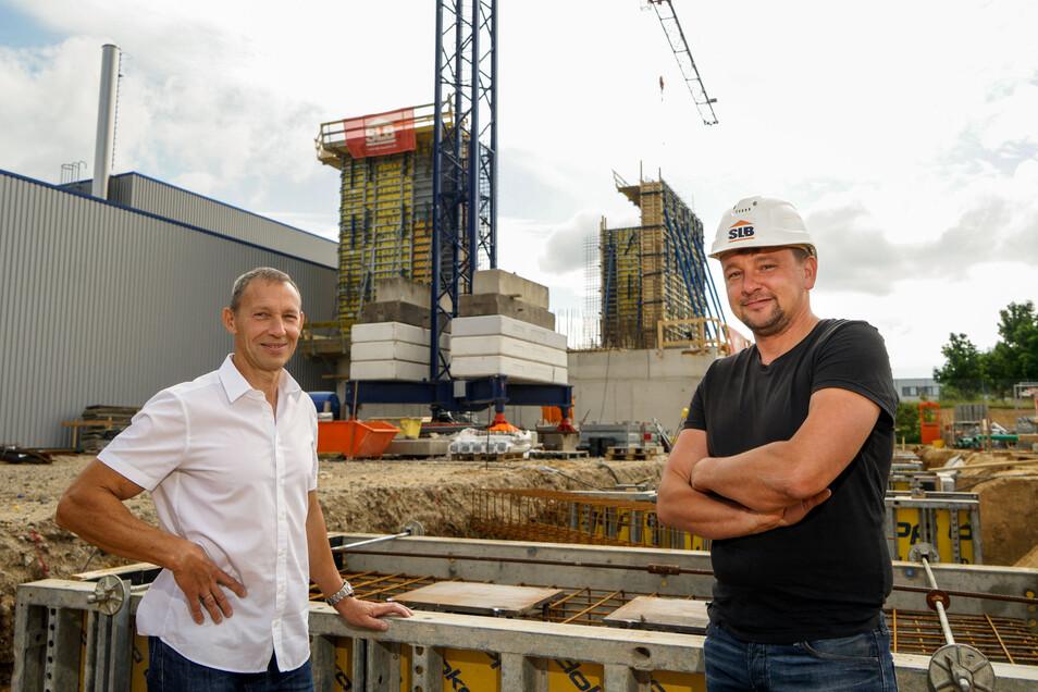 Ionisos-Geschäftsführer Henry Mitschak (l.) steht mit Bauleiter Sandro Hoffmann vor der neuen Halle, die auf dem Werksgelände im Industriegebiet Salzenforst entsteht.