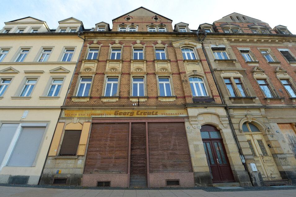 Dem Haus Hauptstraße 28 in Copitz droht der Verfall, falls es nicht saniert wird. Nun will Pirna den Gammelkandidaten selbst retten.