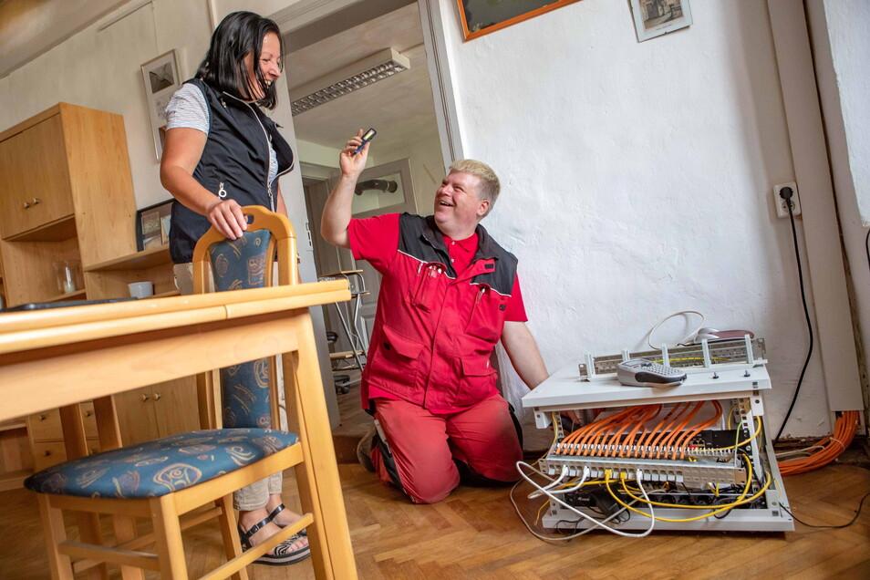 Techniker Tobias Hinke von der Firma Jentzsch Informationssysteme installiert im Abthaus des Klosters Buch Anlagen, mit deren Hilfe ab Oktober WLAN in Gebäuden und auf dem Hof genutzt werden kann. Mitarbeiterin Steffi Birke freut sich darauf.