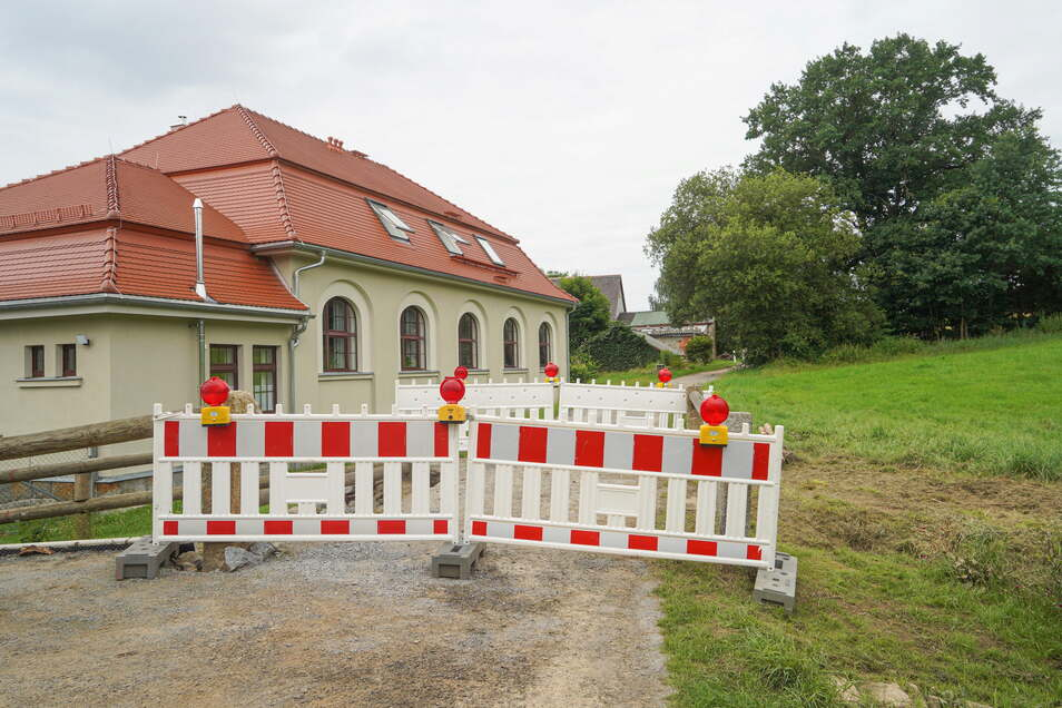 Wegen Hochwasserschäden an einer Brücke ist die Weststraße in Neukirch ab sofort gesperrt.