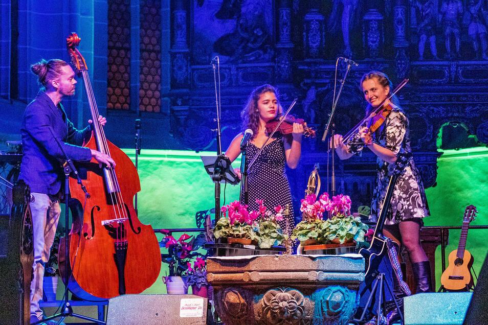 """Das Trio """"Dot, Dot, Dot"""" bewies dem Gala-Publikum, das Streicher-Musik keinesfalls gediegen oder langeweilig sein muss, sondern durchaus mitreißen kann. Die Musiker waren zum ersten Mal in Leisnig dabei. Mit vielen Helfern haben sie über den Sommer den Leisniger Bahnhof aufgeräumt. Dort soll ein Kulturbahnhof entstehen."""