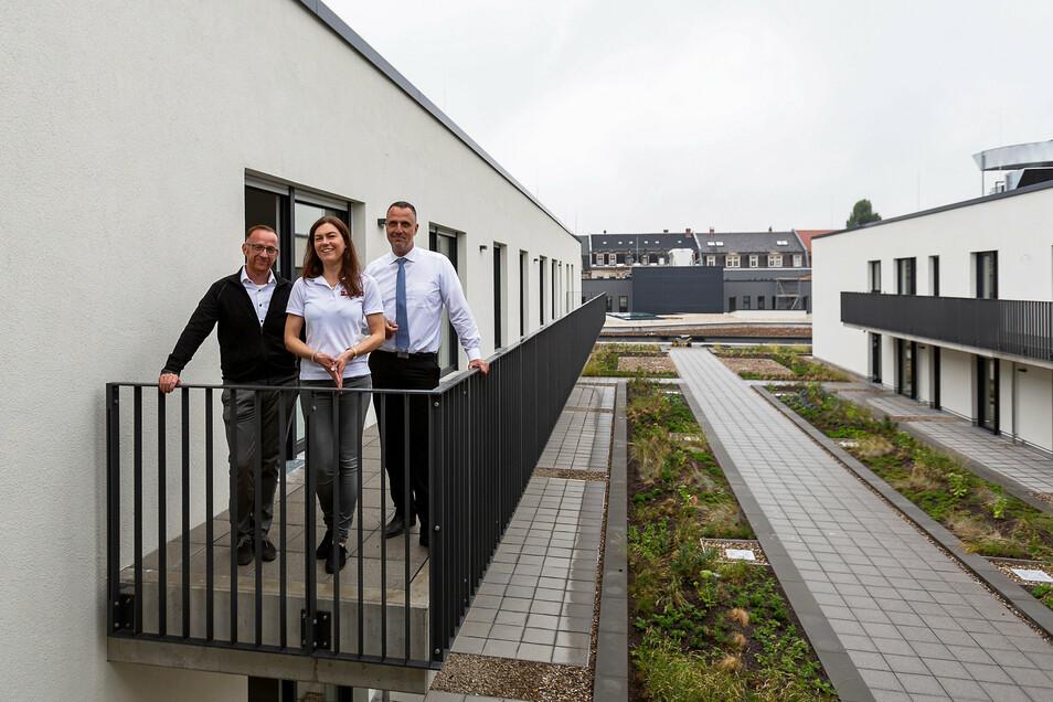 Denis Papperitz, Maria Vater und Carsten Herde (v.l.) vom Johanniter-Regionalverband Dresden: Großes Interesse am Servicewohnen.