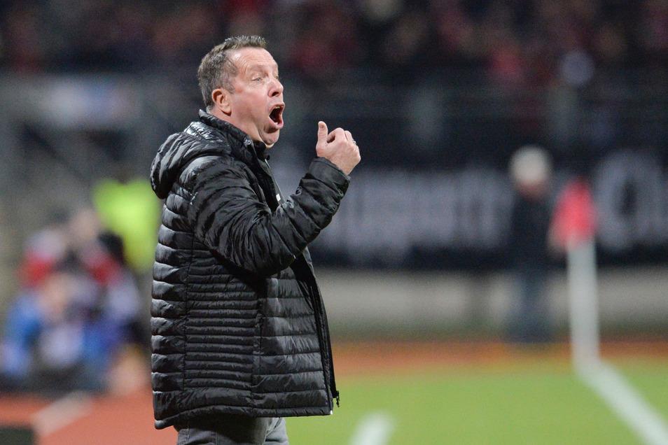 Dynamos Trainer Markus Kauczinski dirigierte eifrig von der Seitenlinie, forderte mehr Tempo im Spiel nach vorn.