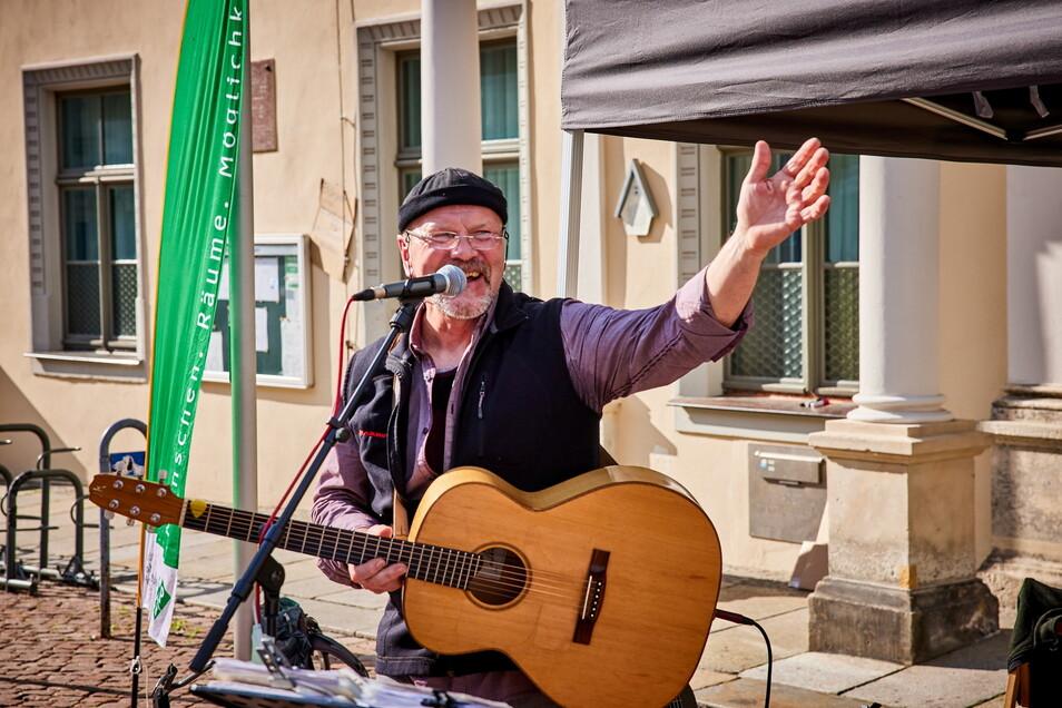 """Noch einmal lädt Peter Lippert in diesem Jahr zu seinen """"anständigen Lieder"""" auf den Pirnaer Markt ein."""