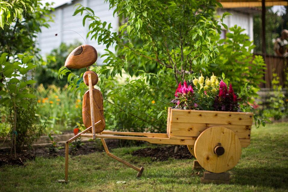 Die von Oleg entworfene Holz-Ameise mit Schubkarre ist einer der Hingucker in ihrer Parzelle.
