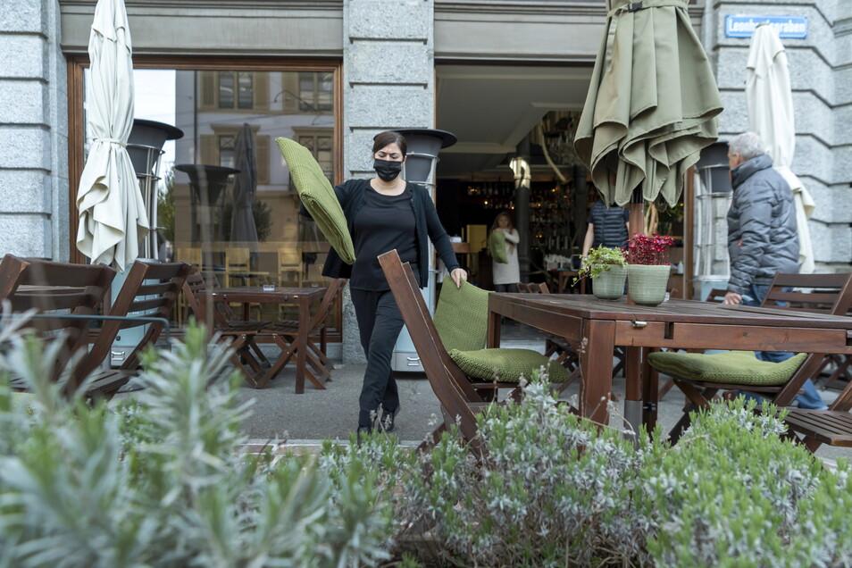 Der Außenbereich eines Cafés in Basel wird für die Öffnung vorbereitet.