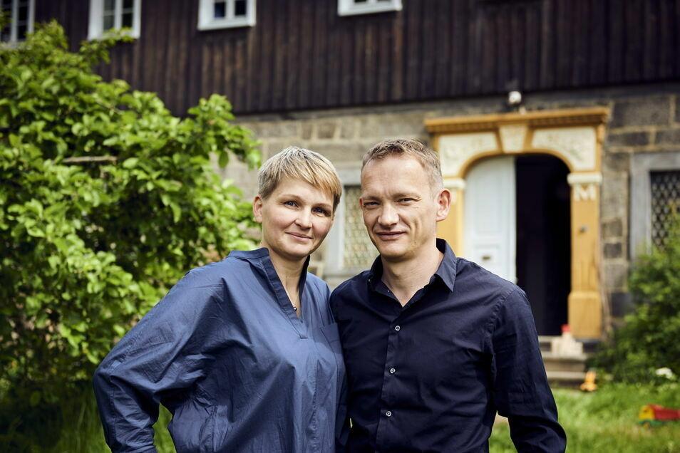 Christina und Tom Umbreit aus Dresden haben ein altes Faktorenhaus in Ebersbach zum Urlaubsdomizil gemacht. Dafür gab's jetzt einen Bundes-Preis.