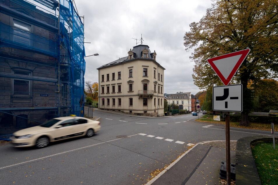 Das intakte Wohnhaus gegenüber, Kreuzstraße 7: Die beiden baugleiche Eckhäuser bildeten ein Entree in die Stadt.