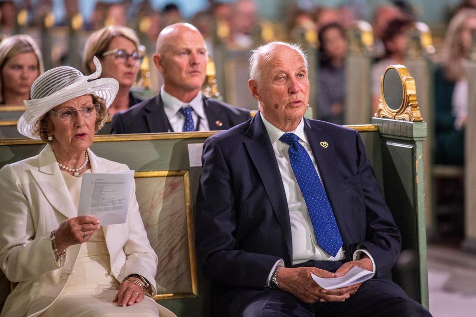 König Harald V. (r) von Norwegen und Königin Sonja von Norwegen nehmen am Gottesdienst anlässlich des 10. Jahrestages der Terroranschläge in Oslo und auf der Insel Utøya in der Osloer Kathedrale teil.