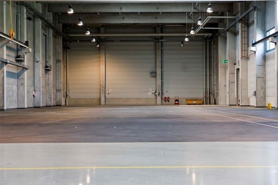 Das ist nur ein kleiner Teil der riesigen Werkhalle, die der Freistaat jetzt als Erstaufnahmelager für Flüchtlinge nutzen will.