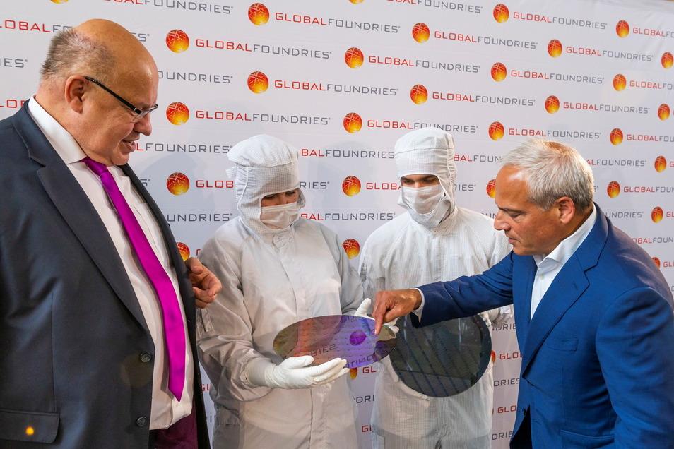 Bundeswirtschaftsminister Peter Altmaier (CDU, im Bild links) lässt sich von Globalfoundries-Konzernchef Tom Caulfield aus den USA in Dresden die Technologie erklären.