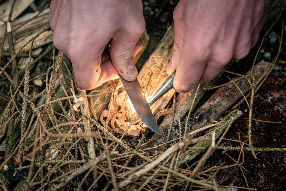 Schritt 2: Mit Magnesiumstab, einem Messer und ordentlich Reibung sprühen genug Funken, um Zunder zu entfachen.
