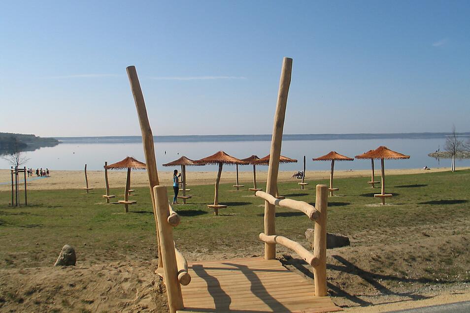 Die neuen Sonnenschirme vor der Strandbar Markise lassen das Sommerfeeling erahnen. Sobald es erlaubt ist, werden Liegen und Strandkörbe aufgestellt.