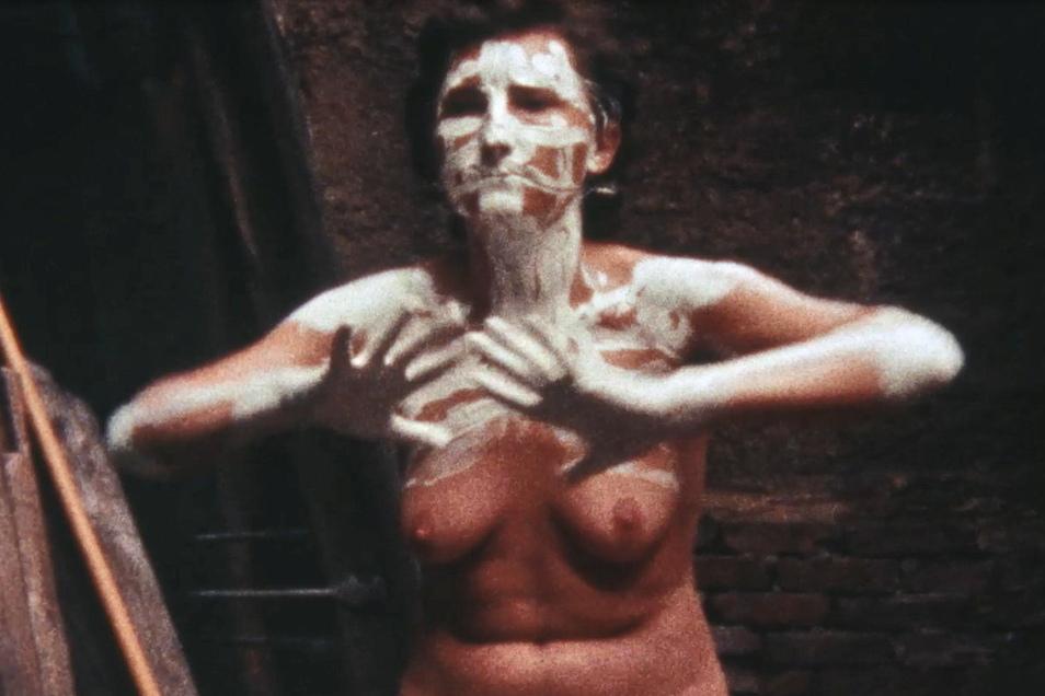 Über ihre Erfahrungen im Frauenknast Hoheneck konnte Gabriele Stötzer nicht offen reden. 1985 drehte sie selbst eine Film-Performance darüber.