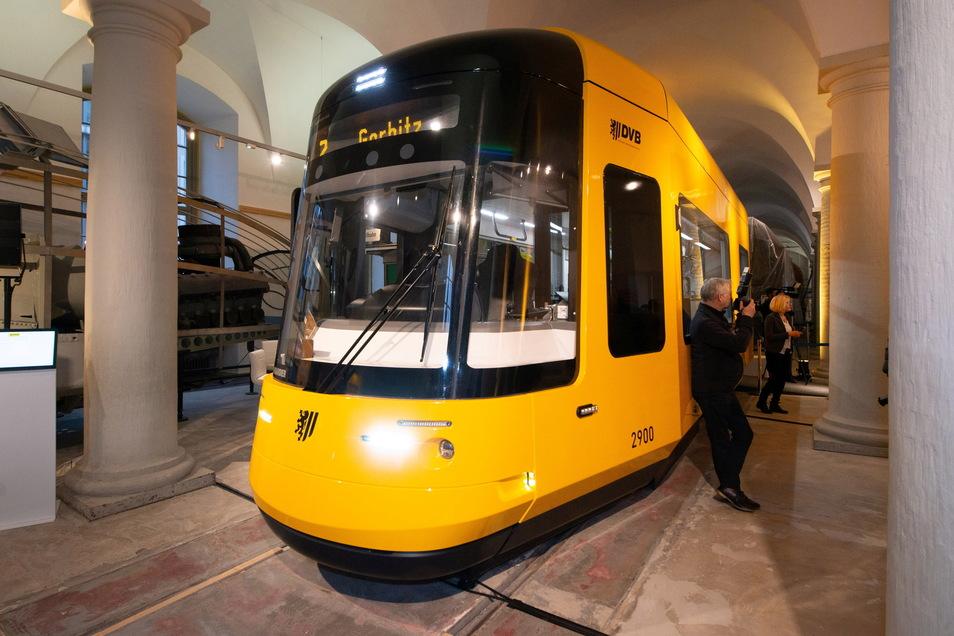 Hier noch in Holz im Verkehrsmuseum, am ersten Oktoberwochenende in echt - die neue Dresdner Straßenbahn.