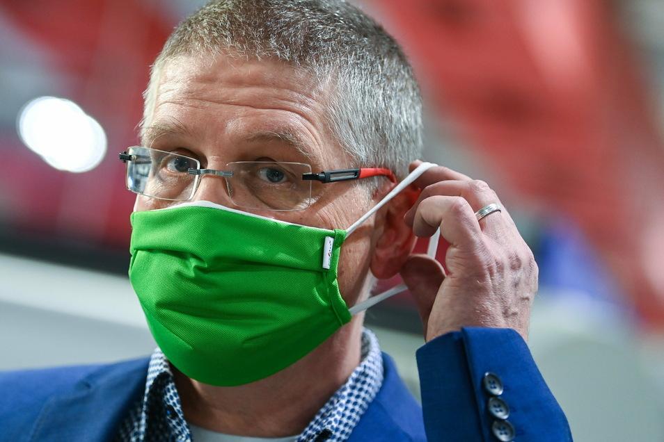 Björn-Olaf Dröge, Geschäftsführer des Textilveredlers pro4tex, setzt sich eine funktionale Mehrweg-Maske auf, die hier entwickelt wurde.