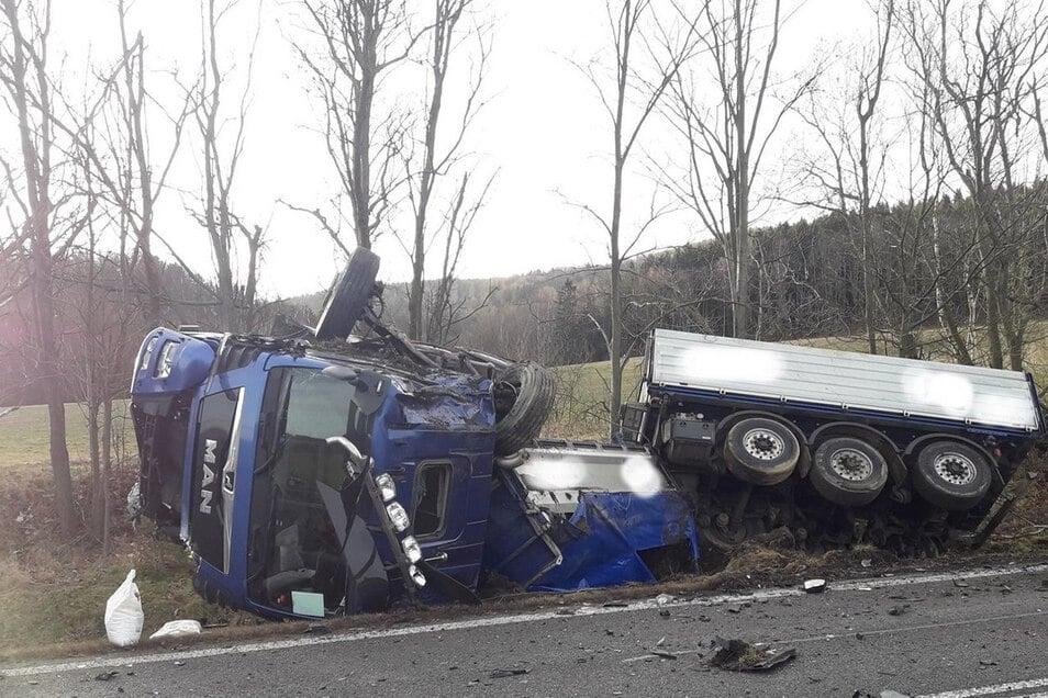 Der Lastwagen landete in einem Graben.