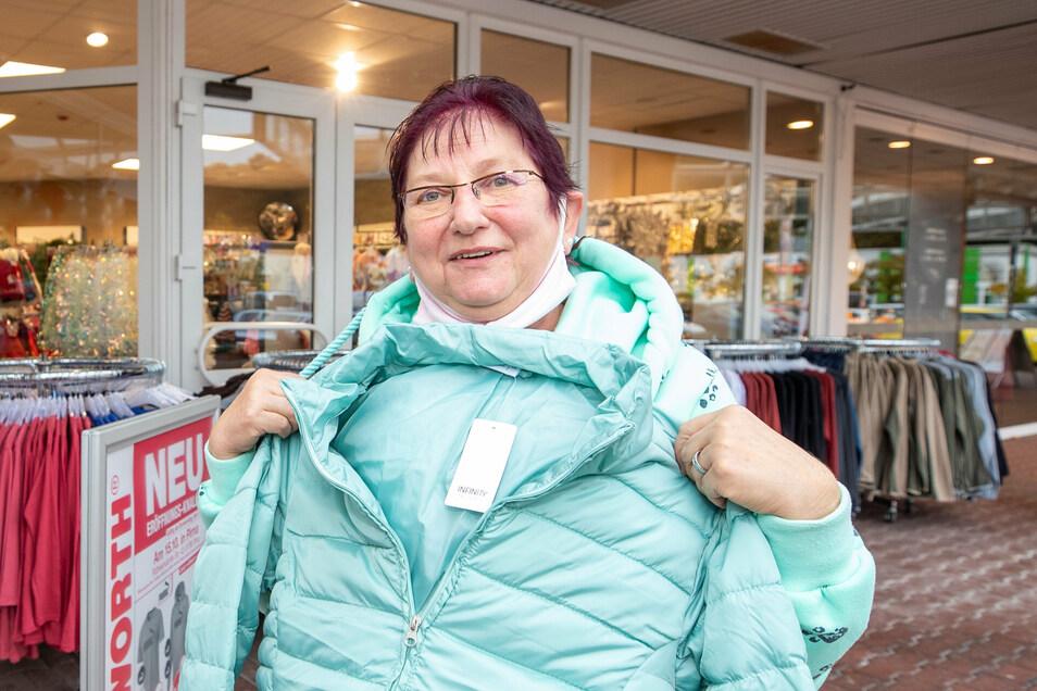 Dagmar Müller ist in dem neu eröffneten Kaufhaus Woolworth in Pirna fündig geworden und hat sich eine Jacke gekauft.